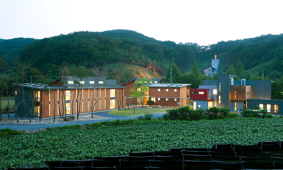 Sam-Young-Choi_Red-School_Geumsan_thermowood_facade_lunawood